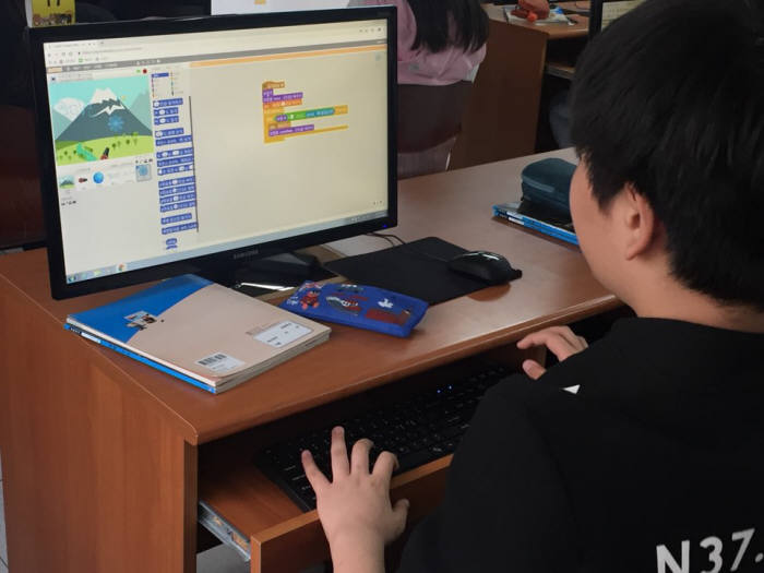 인천 인주초등학교 컴퓨터 교실에서 인주초 학생이 소프트웨어(SW) 수업을 듣고 있다. 스크래치로 직접 표현하고 싶은 내용을 구현하고 있다.