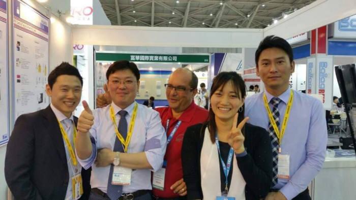 대만 타이페이 보안전시회에 참석한 이재원 씨큐앤비 대표(왼쪽 두 번째)와 임직원이 IoT보안솔루션 성장을 발판으로 통합보안솔루션 기업으로 성장을 다짐하고 있다.