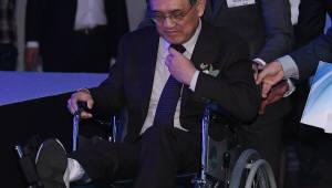 휠체어 타고 나타난 권오현 회장