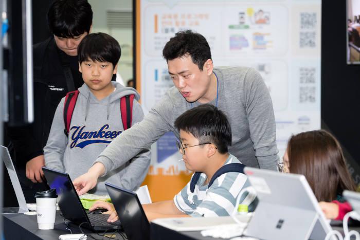 SW교육페스티벌에 참가한 학생이 온라인 코딩파티 현장에 참가하고 있다. 과기정통부 제공