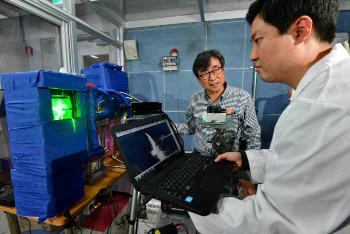 KIST 도시에너지연구단 신유환 박사(왼쪽)와 신동호 박사가 열배터리 성능을 테스트하고 있다.