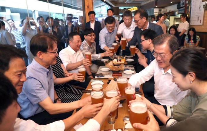문재인 대통령이 7월 26일 저녁 광화문 인근 쌍상호프집에서 퇴근길 직원들과 맥주 한잔하며 정책 의견을 청취하고 있다. <출처:청와대>