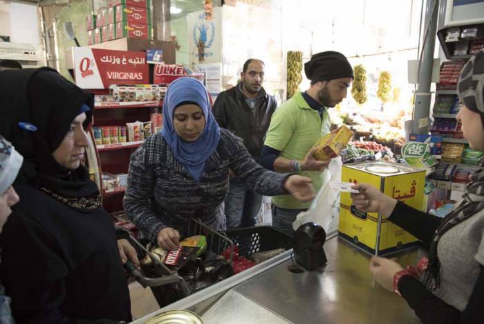 난민들이 블록체인 기반으로 받은 구호 지원금을 이용해 물건을 구매하고 있다.