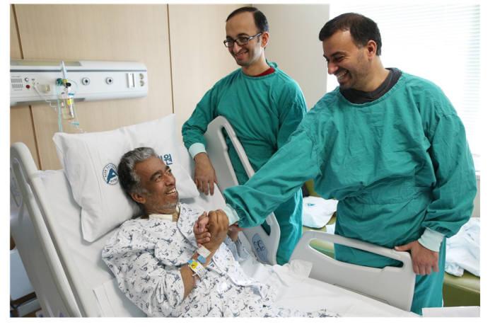 서울아산병원에 입원한 외국인 환자가 치료 후 보호자와 만나 웃고 있다.