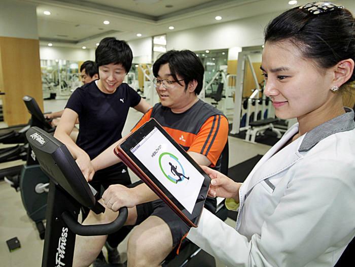 헬스커넥트 관계자가 당뇨병 관리 플랫폼 헬스온으로 회원건강 상태를 확인하고 있다.(자료: 전자신문DB)