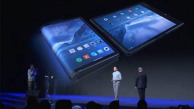 로욜(Royole)이 31일 베이징 국가회의센터에서 열린 신제품 발표회에서 폴더블 스마트폰 플렉스파이(FlexPai)를 공개했다.
