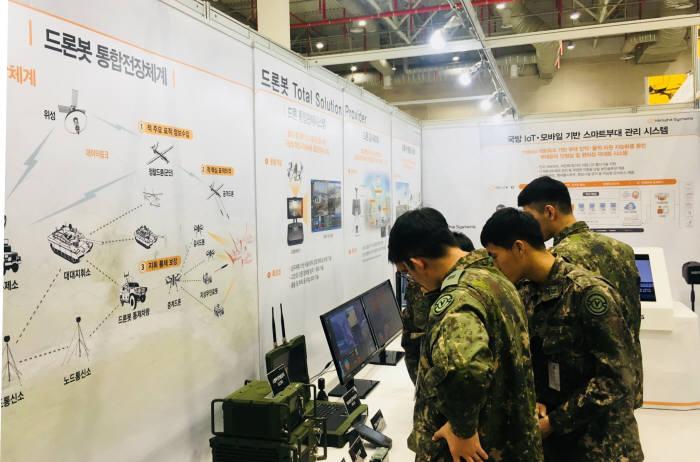 2일 구미 디지털전자산업관에서 열린 2018 스마트 국방·드론 산업대전 한화시스템 부스에서 관람객들이 드론봇 관련 전시를 보고 있다. <한화시스템 제공>