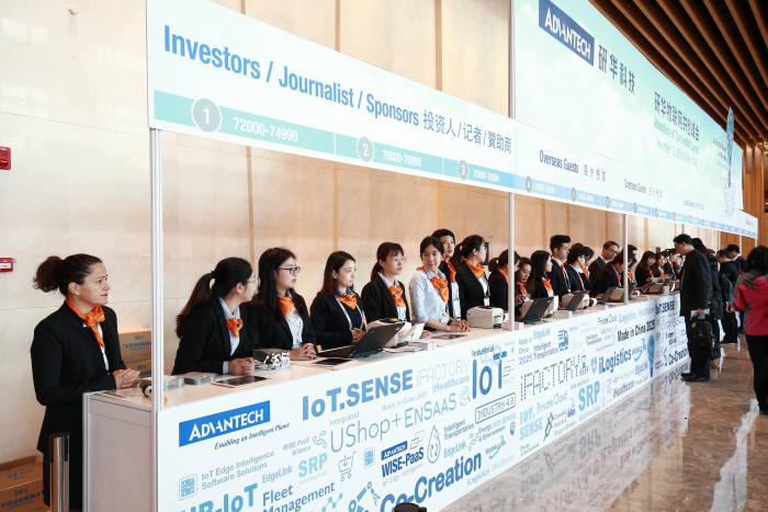 지난 1일부터 2일까지 중국 쑤저우에서 개최된 어드밴텍 IoT 코-크리에이션 서밋에서 어드밴텍 임직원이 세계 각지에서 온 7000여 참석자를 맞이하고 있다.