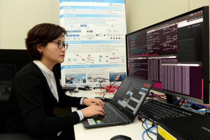 ETRI 연구진이 NRS 시스템에서 이동성을 시험하는 모습