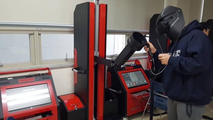 TSB가 개발해 대학, 조선소 등에 공급하고 있는 용접 시뮬레이터.