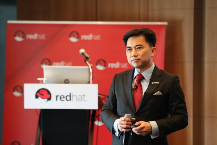데미안 웡 레드햇 아시아태평양 부사장이 6일 서울 삼성동 코엑스인터컨티넨탈호텔에서 IBM과 합병 이후 기업운영에 대해 설명하고 있다.
