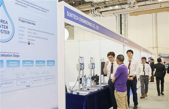 싱가포르 시장개척단에 참여한 중소기업 담당자가 해외 바이어에게 자사 기술을 설명하고 있다. [자료:한국수자원공사]