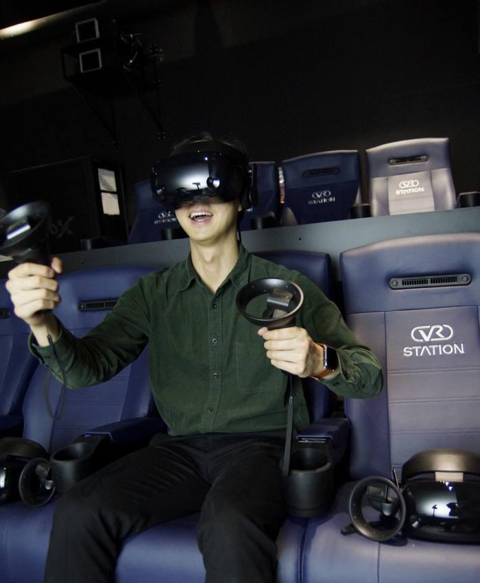 VR시네마를 관람 중인 관객. 사진=현대 IT&E