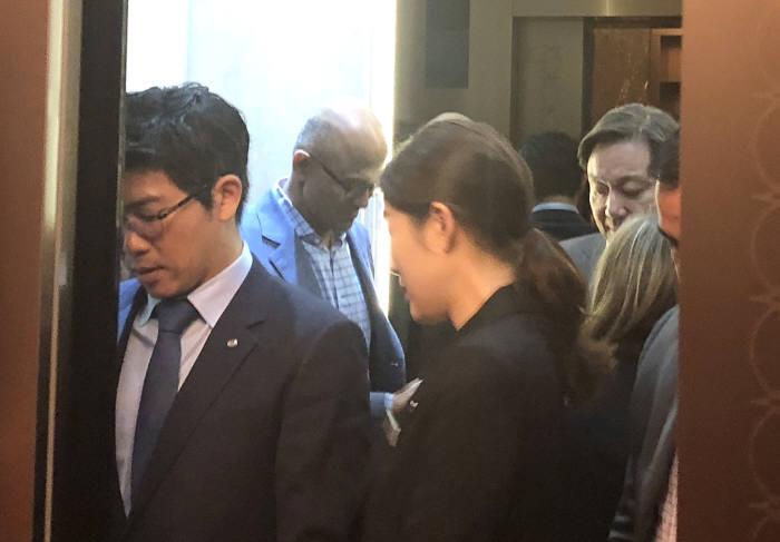 7일 서울 홍은동 그랜드힐튼호텔에서 열린 마이크로소프트(MS) 퓨처 나우 기조연설 직후 사티아 나델라 MS CEO(왼쪽 뒤)와 고순동 한국MS 대표(오른쪽 뒤)가 엘리베이터를 타고 있다. 박종진기자 truth@