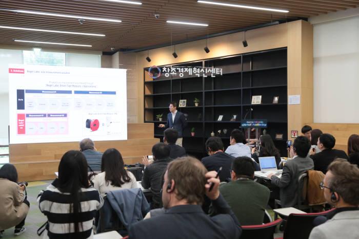 경기창조경제혁신센터에서 열린 글로벌 미디어 데이에서 박수홍 베이글랩스 대표가 사업모델을 설명하고 있다.