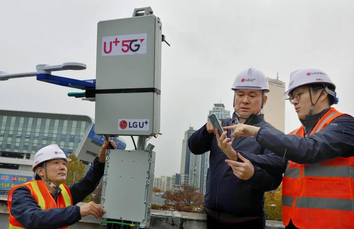 하현회 LG유플러스 부회장(오른쪽 두 번째)이 8일 서울 노량진 5G 네트워크 구축 현장을 찾아 최선을 다할 것으로 당부하고, 임직원 노고를 격려했다.