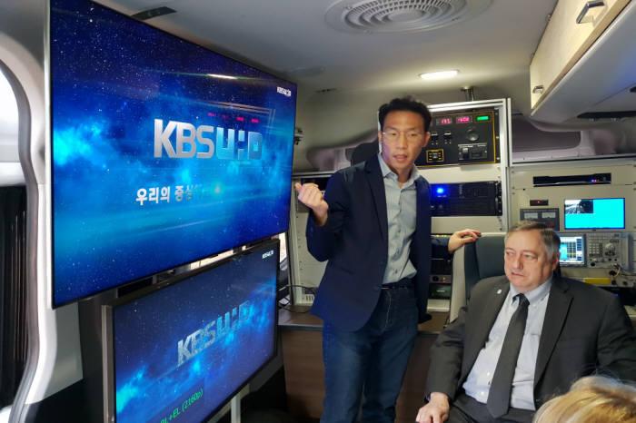 이재영 ETRI 박사(사진 왼쪽)와 마크 리처 ATSC 의장(오른쪽)