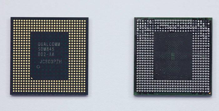 V40 씽큐에 탑재된 퀄컴 스냅드래곤 845 칩셋(왼쪽)과 6GB 램(RAM) 메모리.