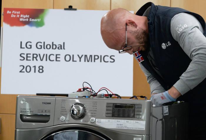 지난 7일 경기도 평택 소재 LG전자 러닝센터에서 열린 제1회 글로벌서비스 기술올림픽에 LG전자 해외 서비스 엔지니어들이 수리실력을 겨루고 있다. 이번 대회는 50여 개 국가 1만5000여 명의 엔지니어 가운데 예선을 거쳐 선발된 27개국 42명 우수 서비스 엔지니어가 참가했다.