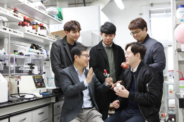 김상율 KAIST 교수(사진 왼쪽 아래)와 참여 연구진