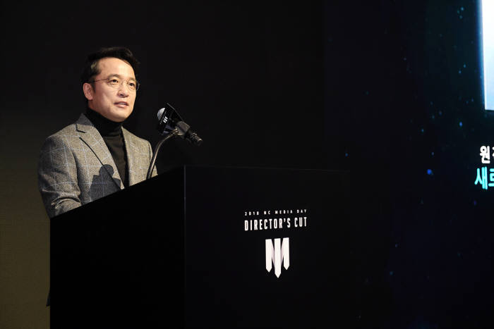 김택진 엔씨소프트 대표가 8일 2018 엔씨 디렉터스 컷에서 발표를 하고 있다
