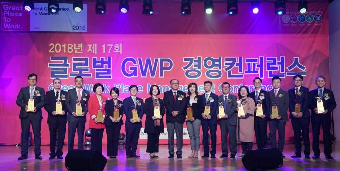 2018 대한민국 일하기 좋은 100대 기업 시상식에서 신은영 SAP코리아 부사장(왼쪽 다섯 번째) 등 대상 수상자들이 기념촬영했다.