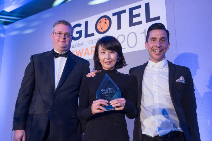 SK텔레콤은 8일(현지시간) 영국 런던에서 열린 글로벌 텔레콤 어워드(Global Telecoms Award)에 참석, 옥수수 소셜 VR 기술력을 인정받아 미디어 서비스 혁신상을 수상했다. 사진은 SK텔레콤 연구원이 수상하는 모습.