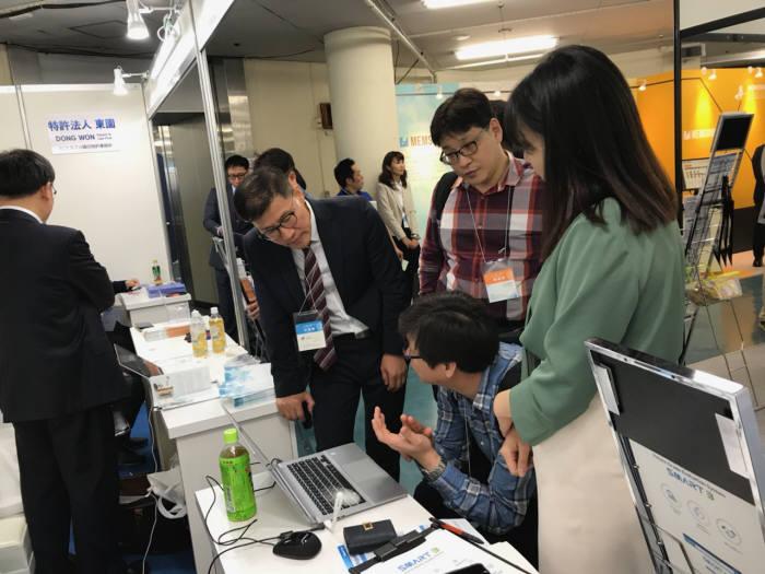 일본 도쿄에서 열린 PIFS 전시회에서 관람객이 한국 공동 홍보관을 둘러보는 모습.