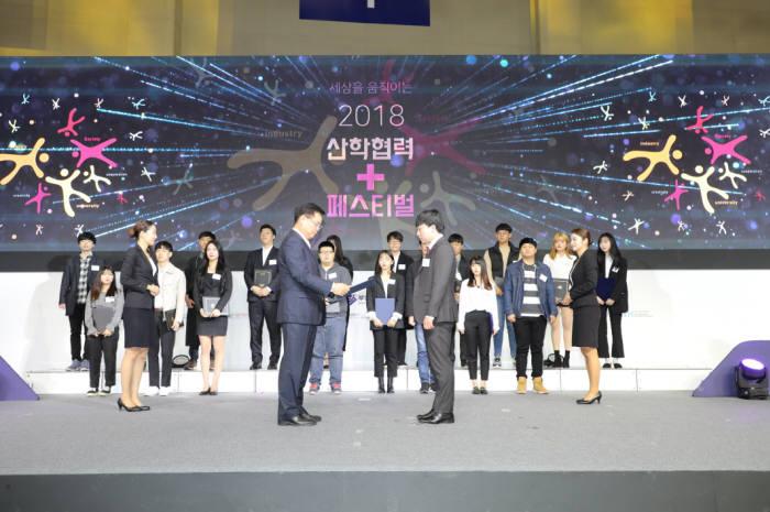 홍남표 연구재단 사무총장(사진 앞 왼쪽)이 산학협력 우수사례 수상자에게 상장을 수여하는 모습