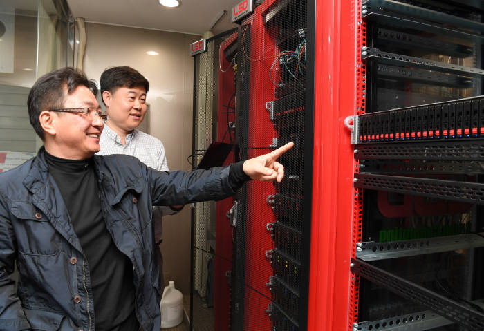 이기택 LSD테크 대표(앞쪽)가 클라우드서비스에 사용되는 HPC서버를 살펴보고 있다.