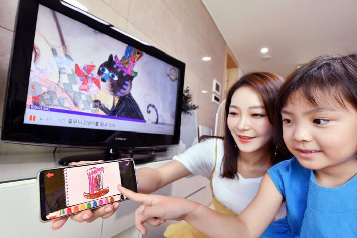 SK브로드밴드가 IPTV(B tv) 살아있는 동화 서비스 콘텐츠 제작 공모전 B tv 살아있는 동화 크리에이터(Creator)를 진행한다. 사진은 모델이 살아있는 동화 서비스를 이용하고 있는 모습.