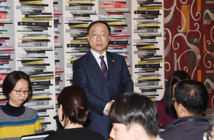 홍남기 경제부총리 겸 기획재정부 장관 내정자가 지난 9일 열린 기자간담회에서 발언하고 있다.