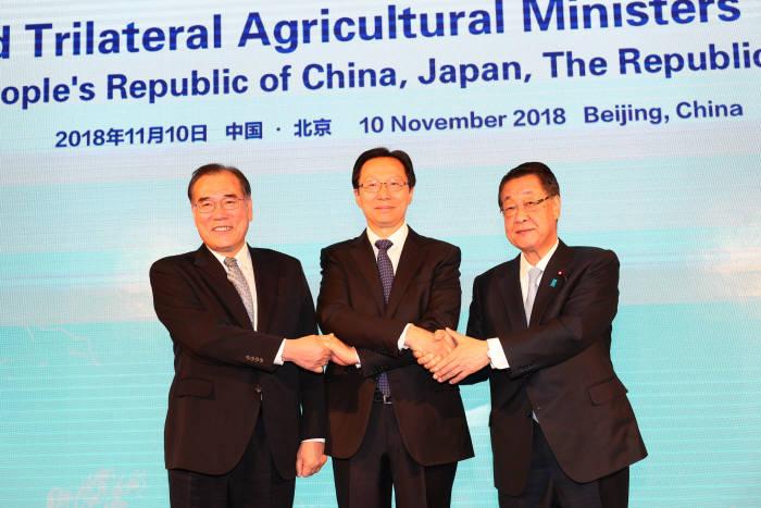 이개호 농림축산식품부 장관(왼쪽)과 한창푸 중국 농업농촌부 장관(가운데), 요시카와 타카모리 일본 농림수산성 장관이 공동선언문 채택후 악수했다.