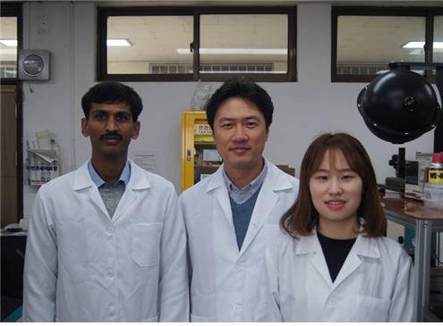 0차원 무기 페로브스카이트 양자점 합성기술을 개발한 임원빈 전남대 교수(가운데)와 연구원들.