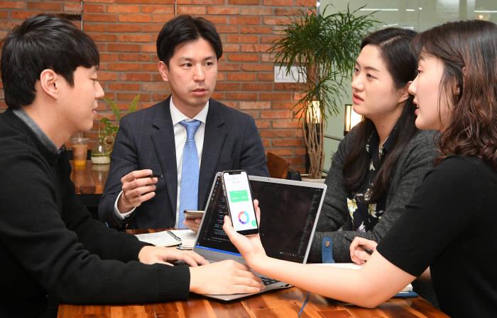 라인페이에 MWI 기술 더해 일본 금융시장 진출 라인페이와 MWI는 사업 제휴를 맺고 가계부 서비스로 일본 금융시장에 진출한다. 라인 가계부 서비스는 라인 서비스에 쿠콘 스크래핑 기술을 결합해 일본 1500여개 기관 정보를 연동시켜서 구현했다. 이동근기자 foto@etnews.com