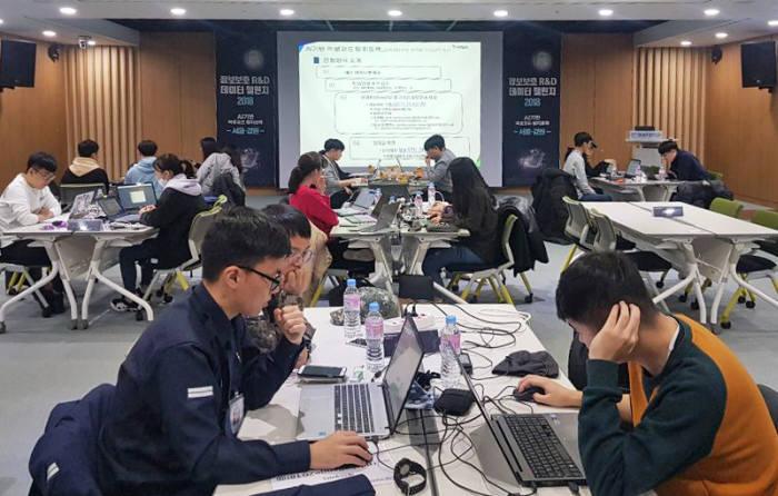 대학(원)생을 대상으로 처음 실시된 2018년 정보보호 R&D 데이터 챌린지 AI기반 악성코드 탐지 분야 예선 대회(서울,강원 권역)에서 참가자들이 주어진 데이터셋을 분석하고 있다.