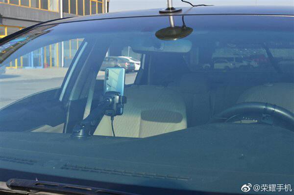 화웨이가 웨이보를 통해 공개한 아너 매직2 인공지능(AI) 요요의 대리 운전 모습 <출처=웨이보>