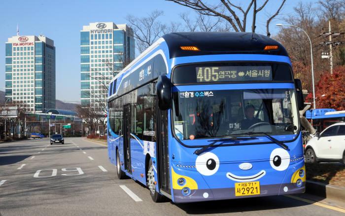 서울시 405번 버스노선에 투입된 현대차 수소전기버스.