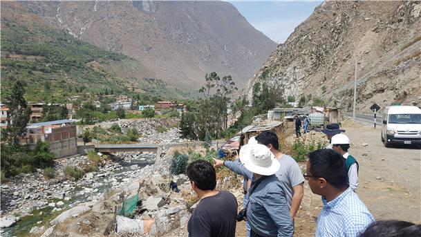 한국-페루 합동조사단이 페루 리막강 현지조사를 수행하는 모습. 페루 리막강은 적은 강수량, 하천수의 과다한 이용, 수질오염과 최근 이상기후로 인한 홍수피해 등으로 고통받고 있다. [자료:환경부]