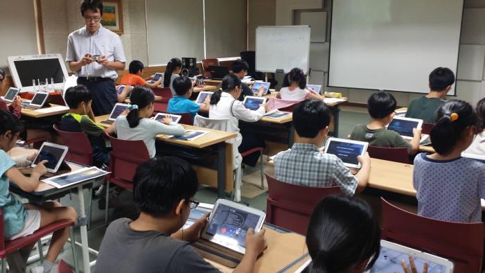 2014년 구룡초등학교에서 게임으로 교과과정을 학습하는 수업을 진행하고 있다. 전자신문 DB