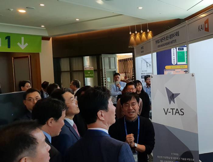 카이 김영휘 대표가 제주도에서 열린 한국철도학회 추계학술대회에 참석해V-TAS를 설명하고 있다. 카이 제공