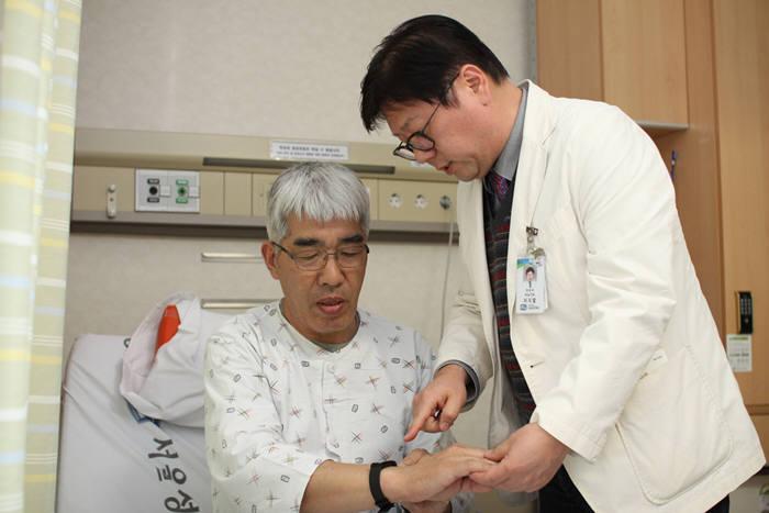 서울성모병원 의료진이 전립선암 수술을 받은 환자에게 퇴원 후 스마트 기기를 활용한 건강관리법을 설명하고 있다.