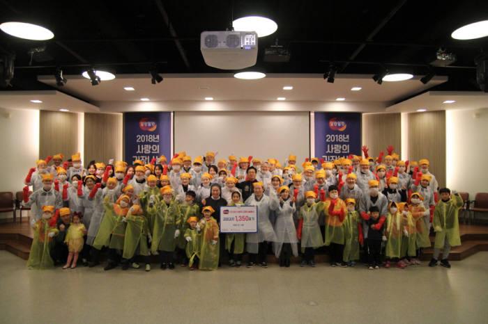 지난 1일 성남 판교 한컴타워에서 열린 사랑의 김장나눔 봉사에 참가한 한글과컴퓨터그룹 임직원과 가족들이 사진촬영을 하고 있다. 한컴 제공