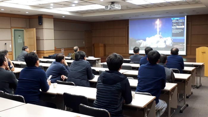 KAIST 인공위성연구소 관계자들이 차세대 소형위성 1호가 실린 팰콘9 발사체 발사를 지켜보는 모습