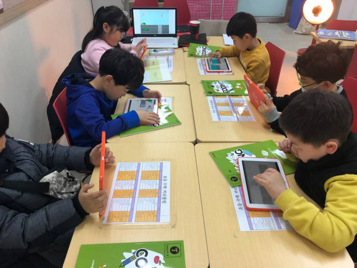 학생들이 웅진씽크빅 학습센터에서 STEAM 교과 수업을 듣고 있다. STEAM 교과는 STEAM과 소프트웨어를 접목한 창의 융합 교육 프로그램이다. <웅진씽크빅 제공>