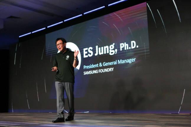 정승은 삼성전자 사장이 삼성 파운드리포럼 2018에서 기조연설을 하고 있다.<사진 삼성전자>