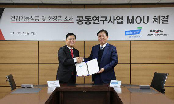 이장휘 일동바이오사이언스 대표(왼쪽)와 정화영 콜마비앤에이치 대표가 지난 3일 서울시 양재동 일동홀딩스에서 양해각서(MOU) 체결식을 진행한 후 기념 촬영을 하고 있다.
