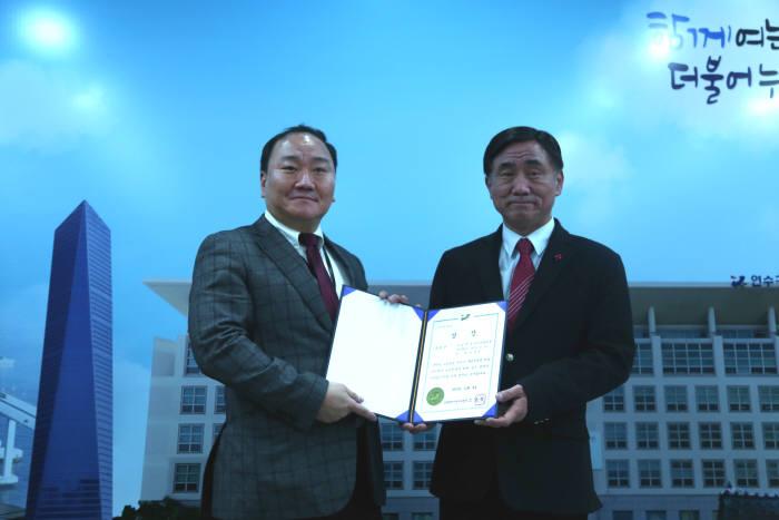박진석 송도에가면 대표(왼쪽)와 고남석 연수구청장이 기념촬영했다.