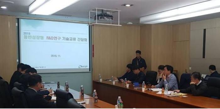 한국지역난방공사와 앤앤에스피 관계자들이 제어시스템 지능형 시큐리티 이상징후 예측진단시스템 연구사업을 성공적으로 마치기 위해 기술교류간담회를 갖고 있다.