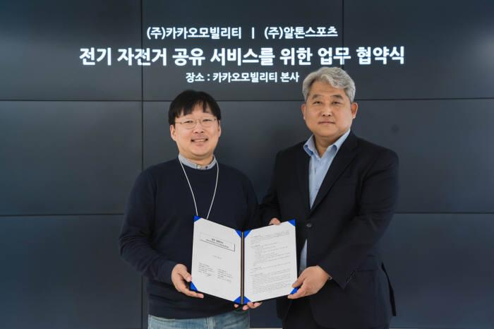 (좌) 카카오모빌리티 정주환 대표 / (우) 알톤스포츠 김신성 대표. 사진 카카오모빌리티